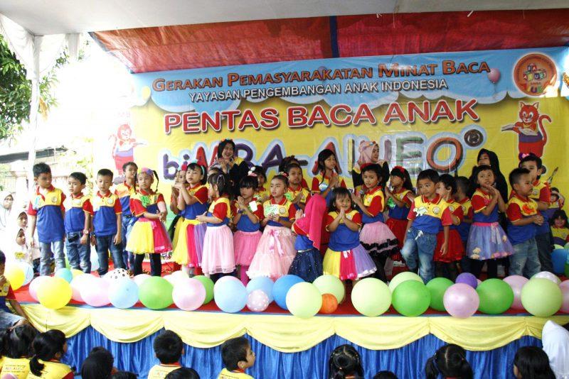 English biMBA's kids sedang bernyanyi bersama
